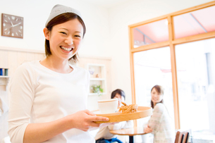 笑顔のカフェ店員の写真素材 [FYI02949823]