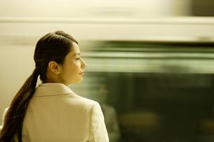 通過する列車と女性の写真素材 [FYI02949836]