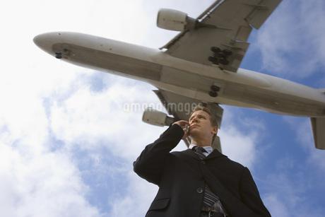 携帯電話で話すビジネスマンの写真素材 [FYI02949847]