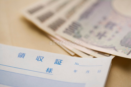 紙幣と領収書の写真素材 [FYI02949914]