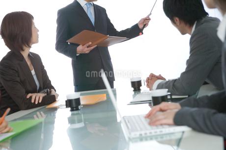 プレゼンをするビジネスマンの写真素材 [FYI02949916]
