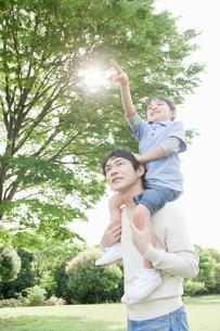 肩車している父と息子の写真素材 [FYI02949933]