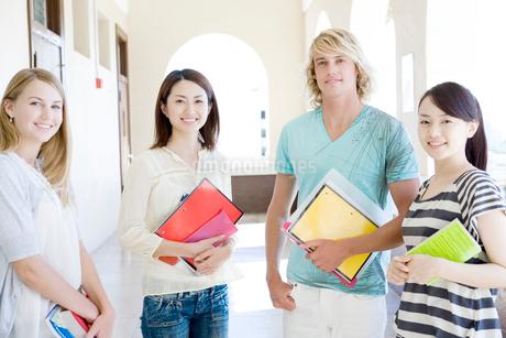 笑顔の学生たちの写真素材 [FYI02949986]