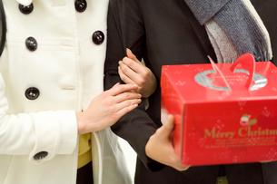 クリスマスケーキを持つ男性と女性の写真素材 [FYI02949990]