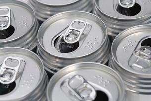並んだ空き缶の写真素材 [FYI02950008]