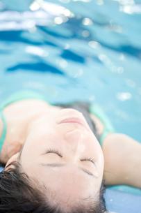 プールに入っている女性の写真素材 [FYI02950062]