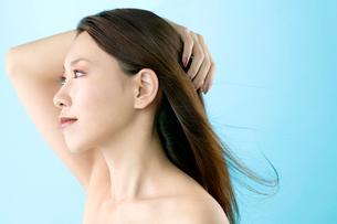 女性の横顔の写真素材 [FYI02950101]
