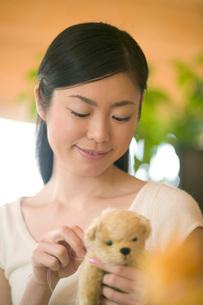 くまのぬいぐるみを作る女性の写真素材 [FYI02950106]