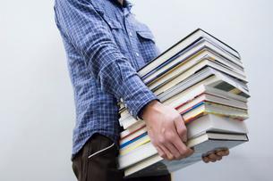 本を運ぶ男性の写真素材 [FYI02950138]