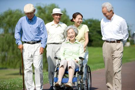 シニアと車椅子を押す介護士の写真素材 [FYI02950174]