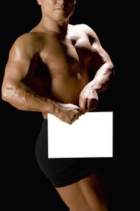 カードを持つたくましい男性の写真素材 [FYI02950252]