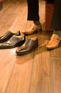 革靴を選ぶ男性の写真素材 [FYI02950262]