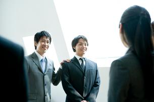 上司に紹介される男性の写真素材 [FYI02950307]