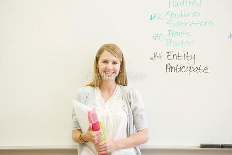 笑顔の女子学生のポートレートの写真素材 [FYI02950330]