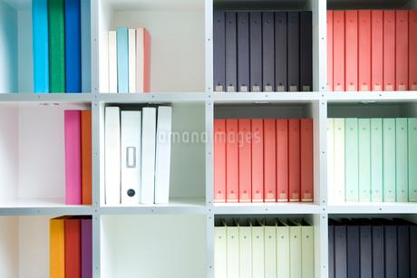 棚に並んだファイルの写真素材 [FYI02950364]