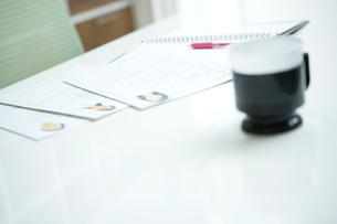 履歴書とコーヒーカップの写真素材 [FYI02950378]
