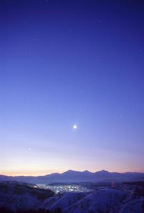 夜明けの越後三山と集落の写真素材 [FYI02950452]