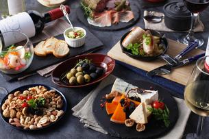 ワインと楽しむイタリアンタパスの集合イメージの写真素材 [FYI02950481]