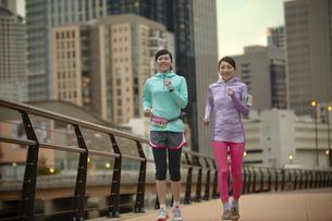 ジョギングをする女性2人の写真素材 [FYI02950828]