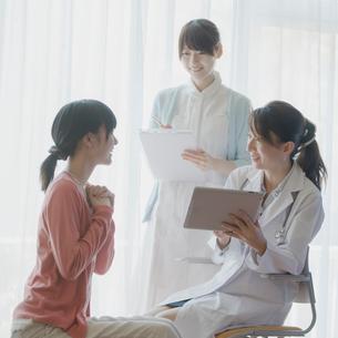 患者のカウンセリングをする女医の写真素材 [FYI02951051]