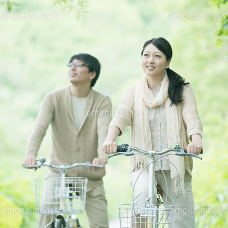 自転車に乗るミドル夫婦の写真素材 [FYI02951210]
