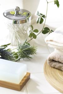 石鹸と綿棒とタオルとエンジュリウムの写真素材 [FYI02951401]