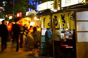 人々で賑わう福岡の屋台の写真素材 [FYI02951463]