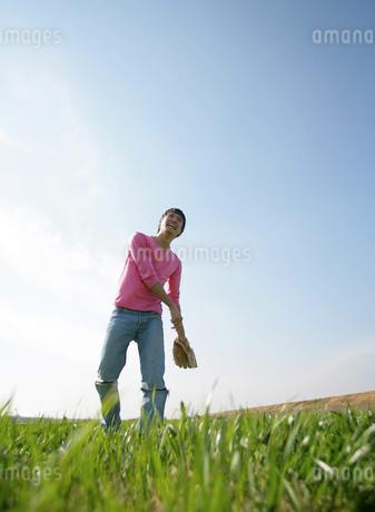 キャッチボールをする男性の写真素材 [FYI02951594]