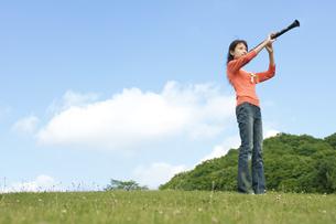 クラリネットを吹いている女性の写真素材 [FYI02951651]