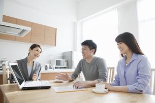 ビジネスウーマンの説明を聞く夫婦の写真素材 [FYI02951671]