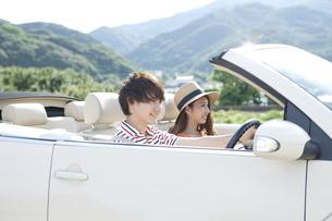 車に乗る男女の写真素材 [FYI02951676]