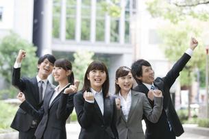 ガッツポーズをするビジネスマンとビジネスウーマン5人の写真素材 [FYI02951681]