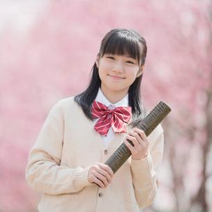 卒業証書を持ち微笑む女子中学生の写真素材 [FYI02951998]