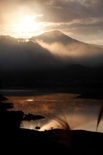 熊野川の朝の写真素材 [FYI02952100]