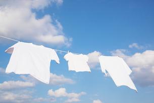 青空と洗濯物の写真素材 [FYI02952263]