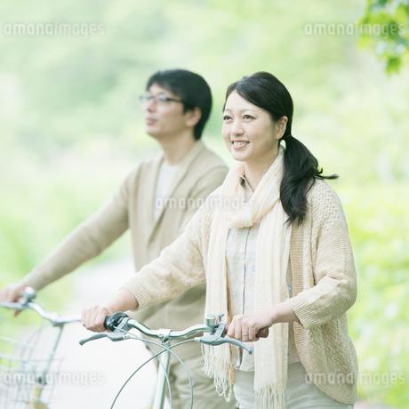 自転車を押すミドル夫婦の写真素材 [FYI02952289]