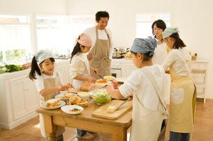 料理をする日本人の家族の写真素材 [FYI02952313]