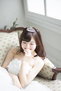 ウェディングドレスを着て笑っている女性の写真素材 [FYI02952573]