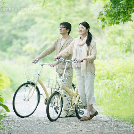 自転車を押すミドル夫婦の写真素材 [FYI02952744]