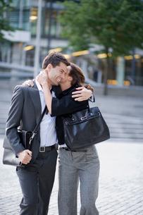 Couple hugging at public squareの写真素材 [FYI02952907]