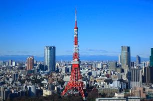 東京タワーと六本木の高層ビルの写真素材 [FYI02953170]
