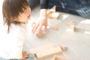 積み木で遊ぶ日本人の女の子と母親の写真素材 [FYI02953181]