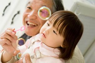 シャボン玉をする日本人の祖父と孫の写真素材 [FYI02953217]