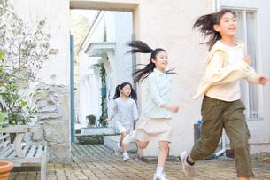 屋外で競争して遊ぶ日本人の娘3人の写真素材 [FYI02953373]
