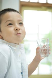 水を口に含む男の子の写真素材 [FYI02953514]