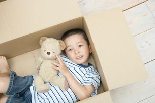 ダンボール箱に入って遊ぶ男の子の写真素材 [FYI02953515]