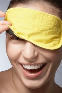Young woman wearing sleep maskの写真素材 [FYI02953549]