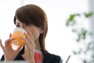 飲み物を飲む20代日本人女性の写真素材 [FYI02953550]