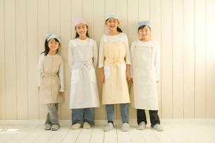 エプロン姿の日本人の4人の女の子の写真素材 [FYI02953554]