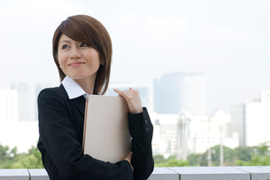 書類を持つ20代日本人女性の写真素材 [FYI02953566]